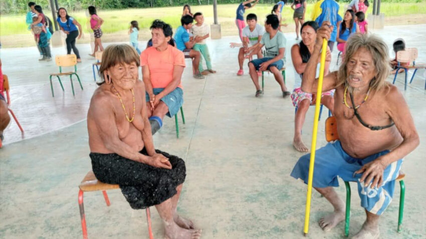 Personas de la comunidad Waorani durante una jornada de vacunación, el 1 de julio de 2021.