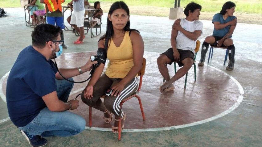 Un médico del Ministerio de Salud examina a una mujer waorani, el 1 de julio de 2021, durante una jornada de vacunación contra el Covid-19.