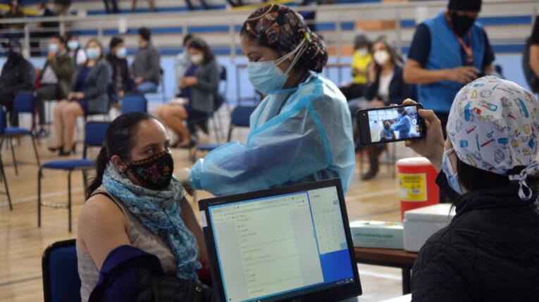 Una mujer recibe la vacuna contra el Covid-19, el 21 de junio de 2021, en Cuenca.