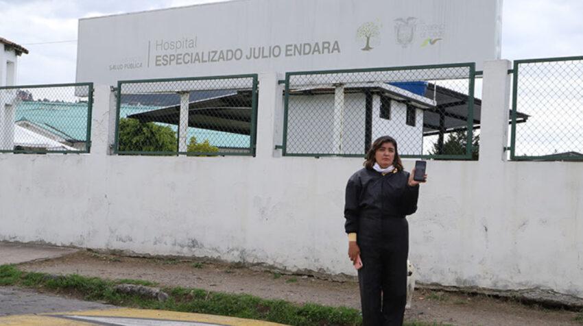 Rosa Witt muestra la foto de su hermano Fausto, en los exteriores del Hospital Julio Endara, donde desapareció en 1999.