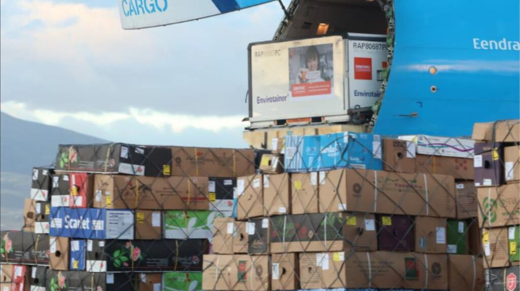 Nuevo cargamento con dos millones de dosis de Sinovac llega a Ecuador