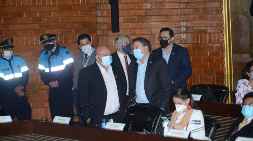 Concejales de oposición al alcalde Jorge Yunda conversan en la sesión del Concejo Metropolitano, el 2 de junio de 2021.