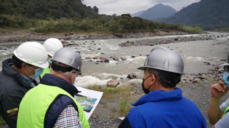 Técnicos de Celec estudian el avance de la erosión en el río Coca, julio de 2021.