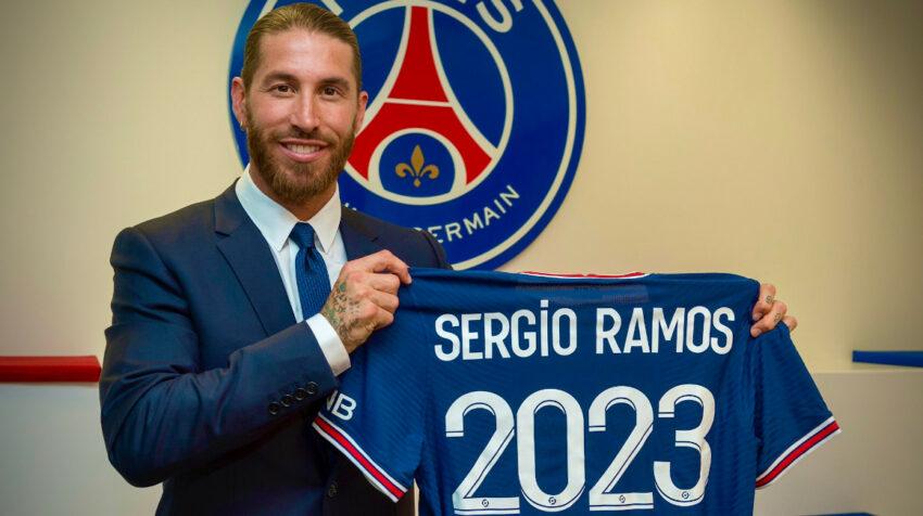 El defensa español, Sergio Ramos, con la camiseta del PSG y el número 2023 que representa el tiempo de contrato con su nuevo club.