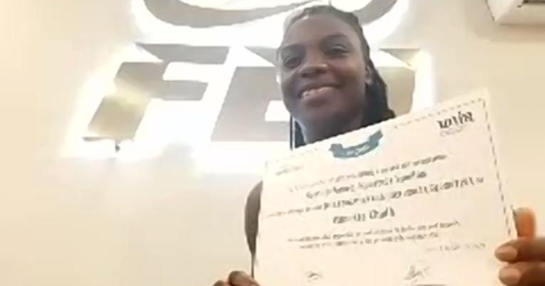 Vanessa Chalá muestra su diploma de ingreso a la Universidad de la Rioja.