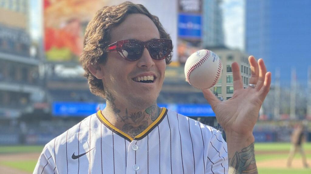 'Chito' Vera hizo el lanzamiento inaugural en el partido de los Padres de San Diego