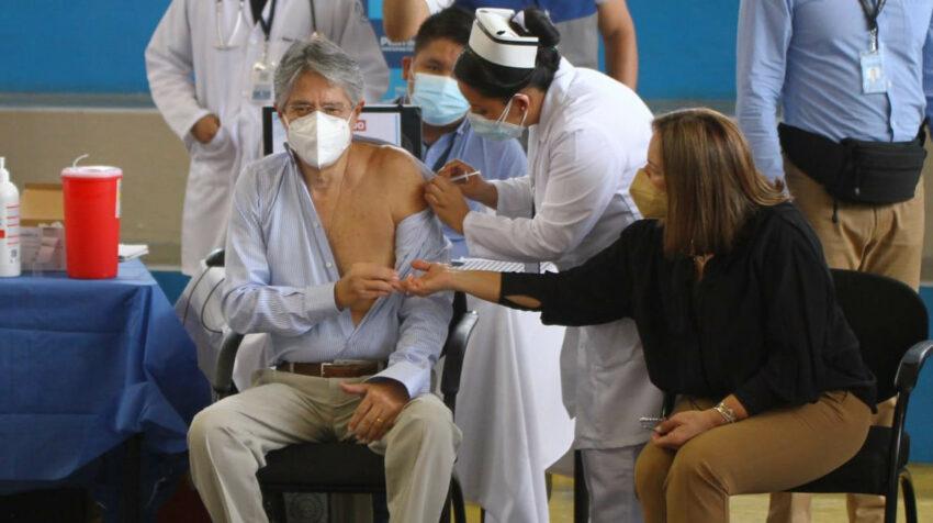 El mandatario Guillermo Lasso estuvo acompañado por su esposa María de Lourdes Alcívar, mientras recibía la segunda dosis de la vacuna en Guayaquil.