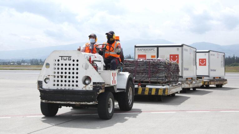 Trabajadores del aeropuerto Mariscal Sucre de Quito conducen un vehículo con dosis de la vacuna Sinovac, el 9 d julio de 2021.