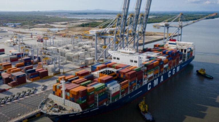 Un barco con contenedores en el Puerto de Aguas Profundas en Posorja, en Guayaquil, el 5 de julio de 2021.