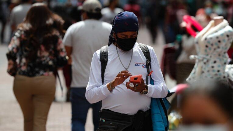 Una persona revisa su celular en las calles de Quito (Ecuador).