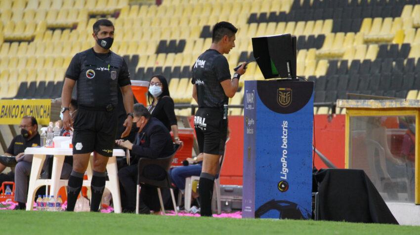 El árbitro Luis Quiroz se acerca al monitor del VAR en el partido Barcelona-Emelec, el sábado 10 de julio de 2021.