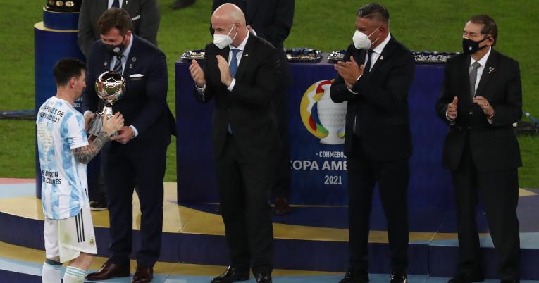 Alejandro Domínguez, presidente de Conmebol, entrega un trofeo a Lionel Messi de Argentina, en la final de la Copa América, el 10 de julio, en el estadio Maracana en Río de Janeiro.