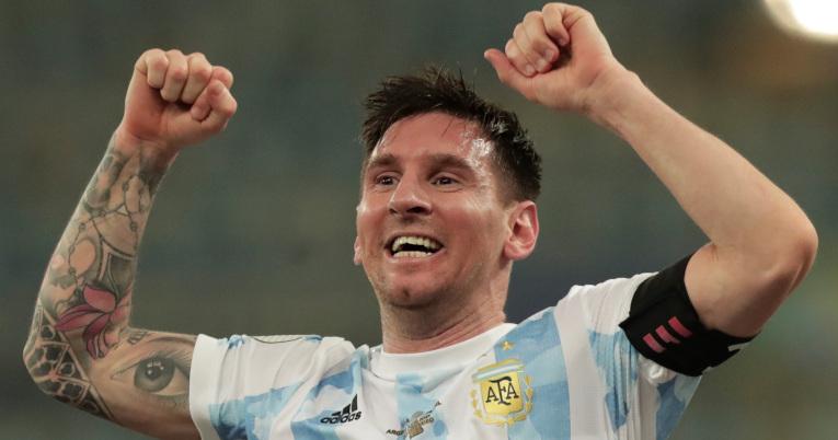 Lionel Messi de Argentina celebra el triunfo ante Brasil, en la final de la Copa América, en el estadio Maracana, el 10 de julio de 2021.