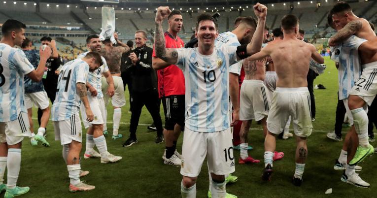 Lionel Messi celebra la victoria ante Brasil en la final de la Copa América, en el Maracaná, el 10 de julio de 2021.