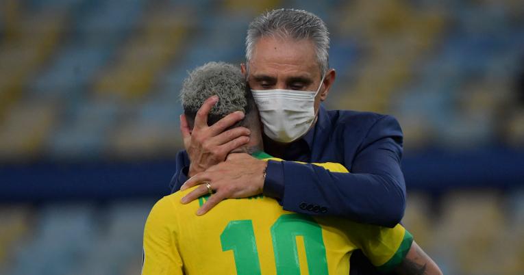 Tite abraza a Neymar después de la derrota.