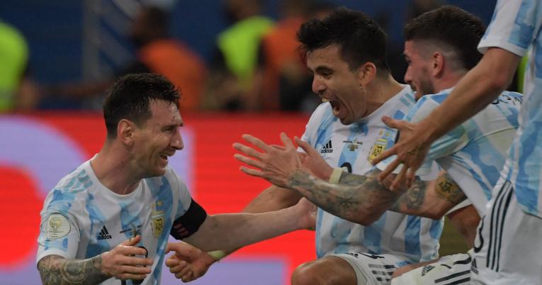 Los jugadores argentinos corrieron para abrazar a Lionel Messi en el pitazo final.