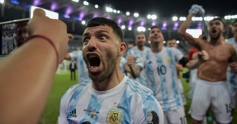 Sergio Agüero grita durante las celebraciones.