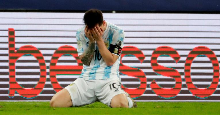 Lionel Messi se arrodilla y llora al término del partido.