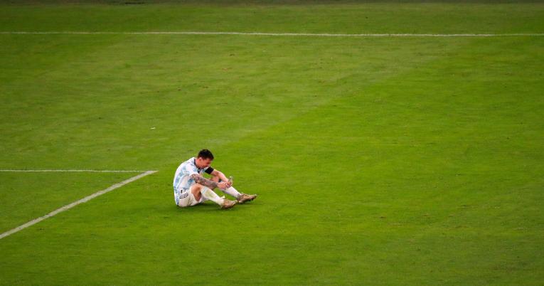 Lionel Messi llama a su familia después de las celebraciones.