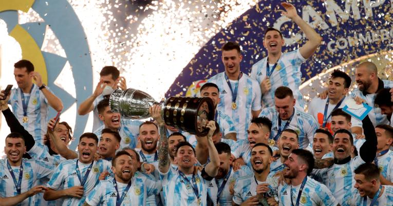 Lionel Messi levanta la Copa América por primera vez.