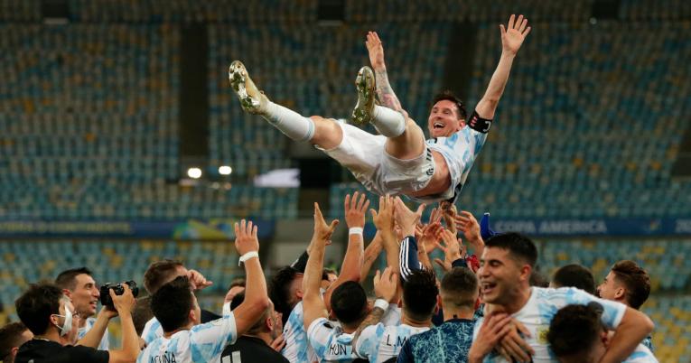 Los jugadores argentinos levantan a Lionel Messi, después de ganar la Copa América de Brasil.