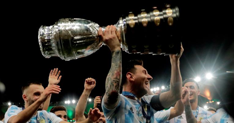Lionel Messi levanta el trofeo de la Copa América.