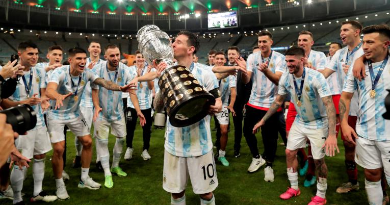 Lionel Messi besa el trofeo de la Copa América.