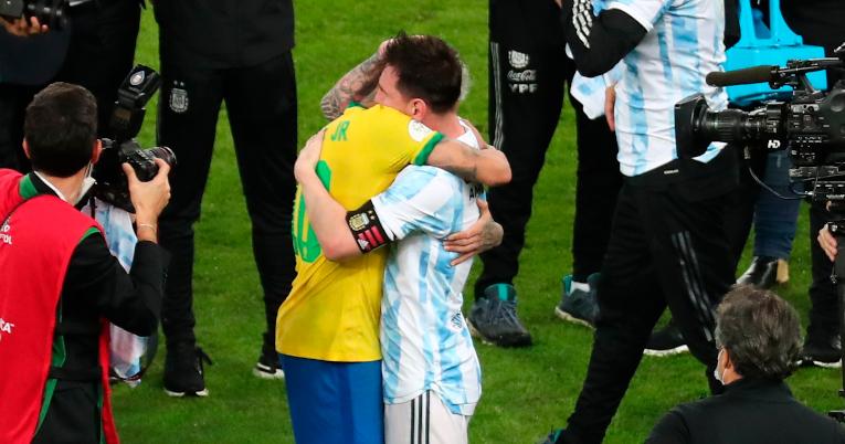 Neymar abraza a Lionel Messi al término del partido.