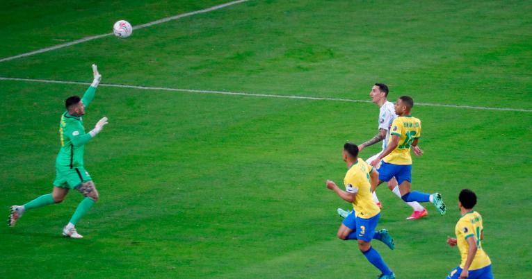 Ángel Di María levanta el balón para marcar el único gol de la final.