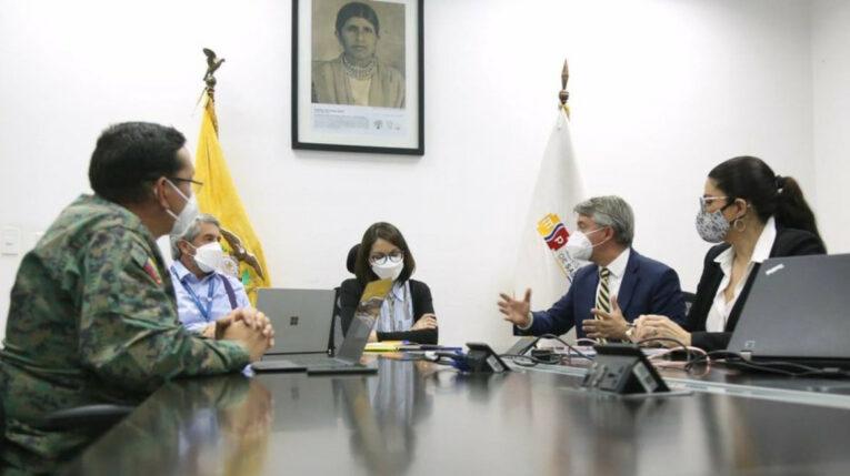 La ministra de Salud, Ximena Garzón, y el presidente del Comité Empresarial Ecuatoriano, Felipe Ribadeneira, el 30 de junio de 2021, en una reunión sobre el plan de vacunación.