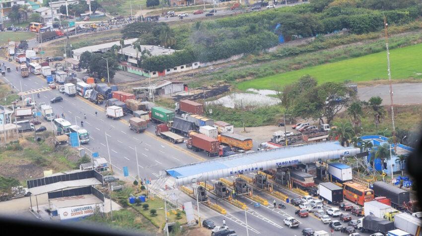 Largas filas de vehículos se formaron en las vías del Guayas por el paro arrocero, el 12 de julio de 2021.