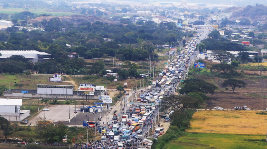 Los vehículos que se dirigían hacia Salitre no lograban llegar a su destino por el paro arrocero, el 12 de julio de 2021.