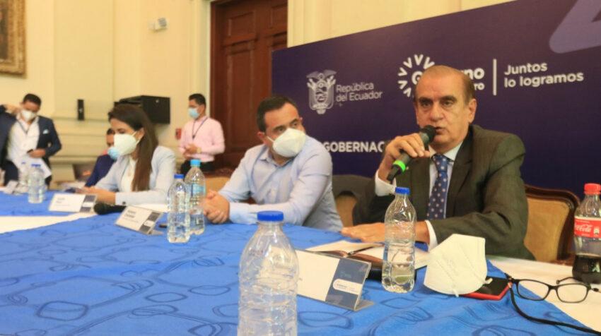 El gobernador del Guayas, Vicente Taiano, se reunió con la ministra de Agricultura, Tanlly Vera; el viceministro de Gobierno, Homero Castanier, y dirigentes del Movimiento Campesino en Guayaquil, el 12 de julio de 2021.