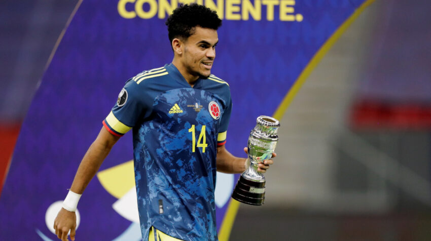 Luis Díaz recibe el premio a mejor jugador del partido en la Copa América de Brasil, el 9 de julio de 2021.