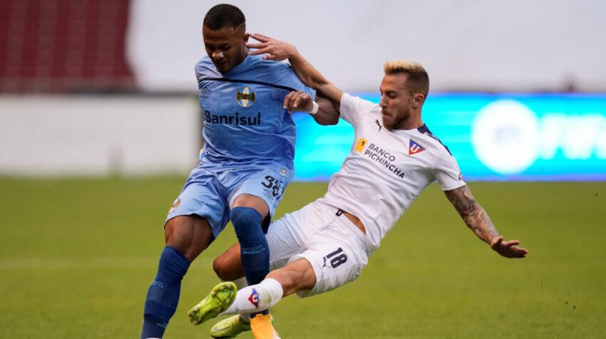 Ezequiel Piovi (d), de Liga, disputa un balón con Leo, de Gremio, en un partido por Copa Sudamericana, el 13 de julio de 2021.