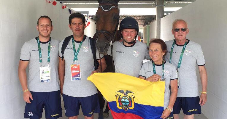 Nicolás Wettstein con su equipo de entrenamiento.