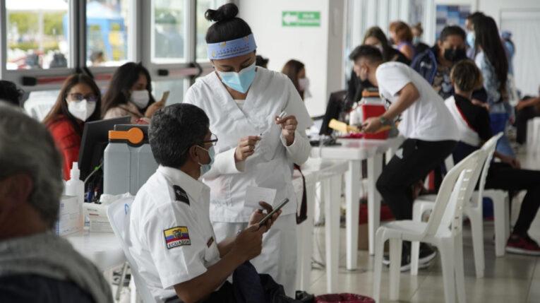 Una enfermera prepara la vacuna contra el Covid-19 para aplicarla a un hombre, el 13 de junio de 2021 en Quito