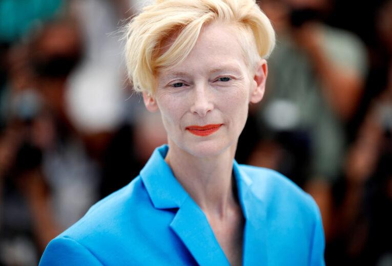 Tilda Swinton ante las cámaras del Festival de Cannes, 2021.