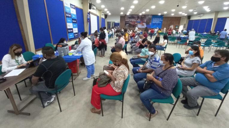 Personas esperan ser inmunizadas contra el Covid-19, este 12 de julio de 2021 en Guayaquil.