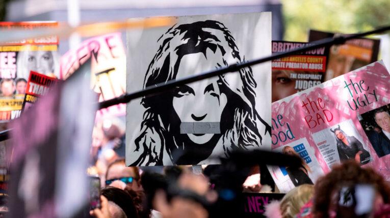 Simpatizantes de la cantante Britney Spears manifiestan su apoyo.