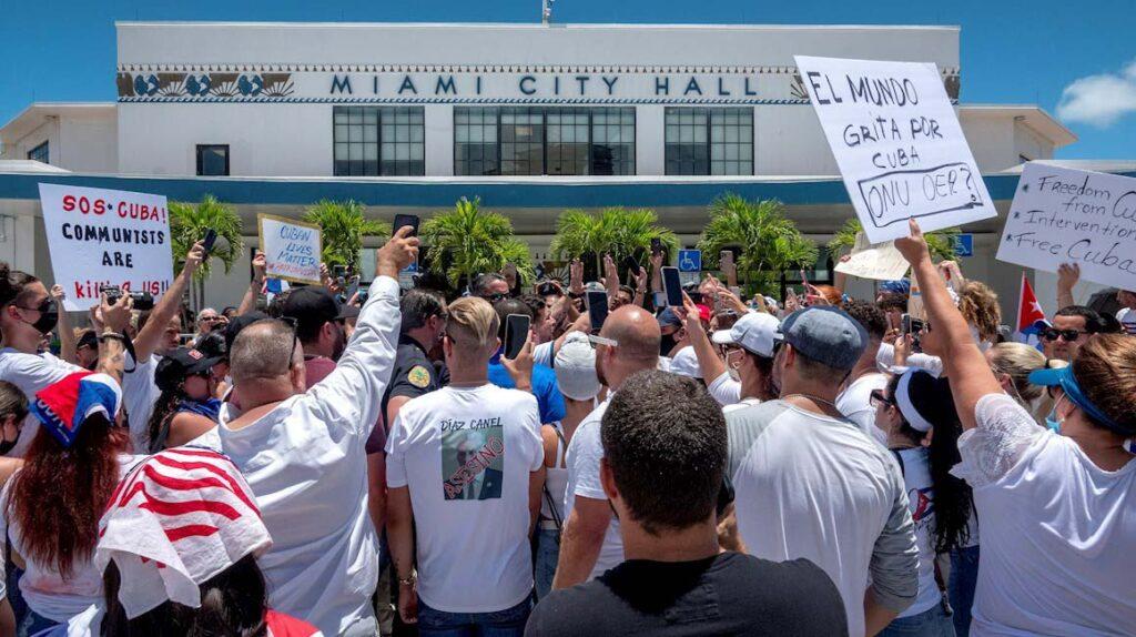 Cubanos protestan en Miami y Biden condiciona donación de vacunas a la isla