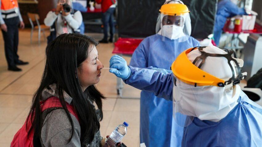 Personal médico hace pruebas PCR para identificar paciente con Covid-19, a los pasajeros que llegan al aeropuerto de Quito, el 16 de julio de 2021