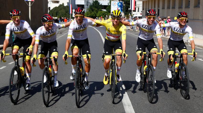 Tadej Pogacar con su equipo, el UAE Emirates, en la Etapa 21 del Tour, el domingo 18 de julio.
