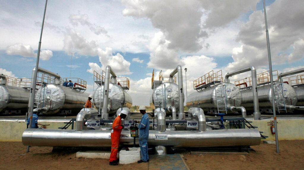 Petróleo cae 7,51% y dólar se aprecia por la variante delta