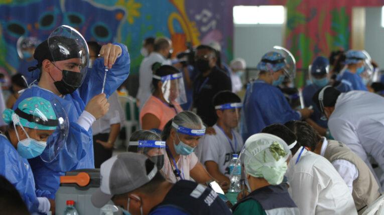 Un médico prepara una vacuna contra el Covid-19, el 19 de julio de 2021 en Guayaquil.