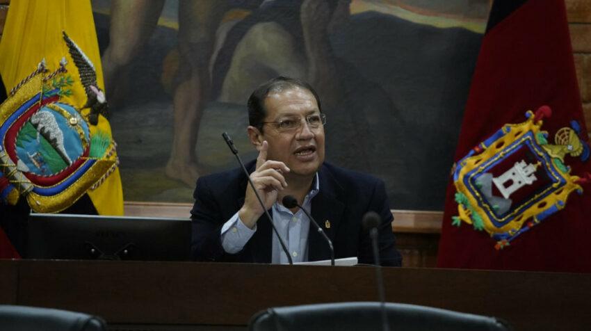 El vicealcalde Santiago Guarderas mientras asumía el cargo de Alcalde de Quito en el Concejo Metropolitano, la noche del lunes 19 de julio de 2021.