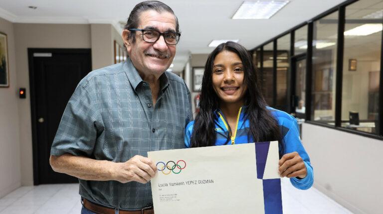 Lucía Yépez Ecuador diploma