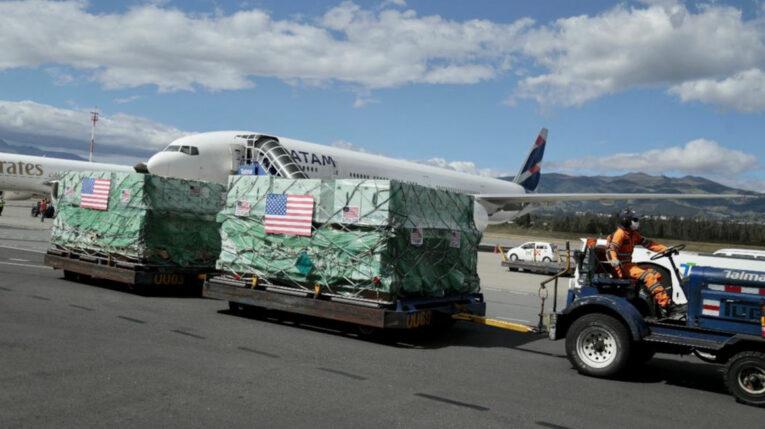 Llegada de un millón de vacunas de Pfizer donadas por Estados Unidos a Ecuador, en el aeropuerto de Quito el 20 de julio de 2021.