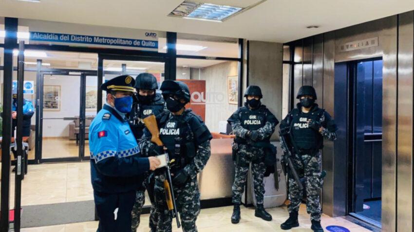 Policías nacionales y metropolitanos resguardan el despacho de la Alcaldía de Quito, el 20 de julio de 2021.