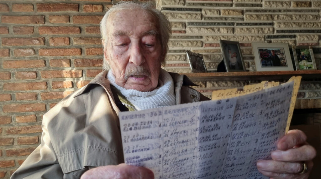 Abuelo argentino de 100 años anota los goles de Messi en un cuaderno